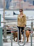 Celebrities Wonder 10641311_jessica-biel-walking-her-dogs_6.jpg