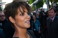 Celebrities Wonder 29643950_pregnant-halle-berry-Toiles-Enchantees-Party_7.jpg