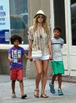 Celebrities Wonder 35839574_heidi-klum-with-her-children_5.jpg