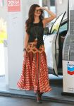 Celebrities Wonder 42456607_selena-gomez-gas-station_2.jpg