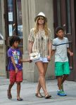 Celebrities Wonder 64964733_heidi-klum-with-her-children_4.jpg
