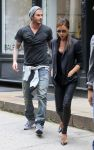 Celebrities Wonder 70623899_Victoria-david-beckham-shopping_3.jpg