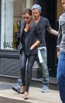 Celebrities Wonder 79622159_Victoria-david-beckham-shopping_4.jpg