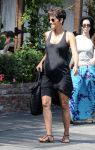 Celebrities Wonder 13273211_pregnant-halle-berry-shopping_1.jpg