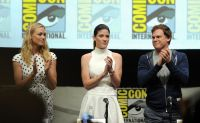 Celebrities Wonder 20824509_dexter-comic-con-2013_Yvonne Strahovski 4.jpg