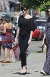 Celebrities Wonder 22387828_anne-hathaway-shopping_1.jpg