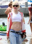 Celebrities Wonder 26417388_gwen-stefani-beach_5.JPG
