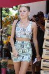 Celebrities Wonder 28968465_miley-cyrus-trader-Joes_4.jpg