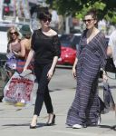 Celebrities Wonder 36641246_anne-hathaway-shopping_6.jpg