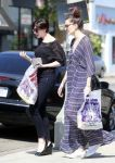 Celebrities Wonder 49175552_anne-hathaway-shopping_5.jpg