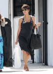 Celebrities Wonder 49551989_pregnant-halle-berry-shopping_3.jpg
