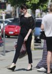 Celebrities Wonder 53387020_anne-hathaway-shopping_4.jpg