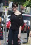 Celebrities Wonder 94361227_anne-hathaway-shopping_7.jpg