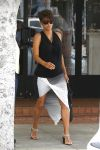 Celebrities Wonder 94583735_halle-berry-pregnant_3.jpg