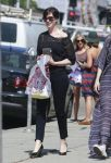 Celebrities Wonder 95399066_anne-hathaway-shopping_3.jpg
