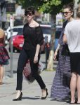 Celebrities Wonder 97147427_anne-hathaway-shopping_2.jpg