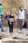 Celebrities Wonder 35002812_kate-hudson-beach_2.jpg
