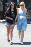 Celebrities Wonder 36159233_lana-del-rey-jaime-king_1.jpg