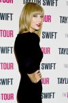 Celebrities Wonder 43495256_taylor-swift-backstage_4.jpg
