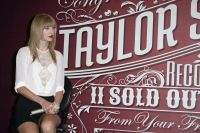 Celebrities Wonder 48741318_taylor-swift-press-event_8.jpg