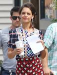 Celebrities Wonder 6182773_katie-holmes-Set-of-Miss-Meadows_4.jpg