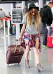 Celebrities Wonder 70492675_vanessa-hudgens-LAX-airport_3.jpg