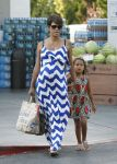Celebrities Wonder 97667016_pregnant-halle-berry-grocery-shopping_1.jpg