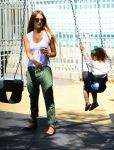 Celebrities Wonder 11152279_jessica-alba-park_1.jpg