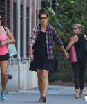 Celebrities Wonder 22159352_katie-holmes-with-friends_2.jpg