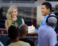 Celebrities Wonder 46283067_avril-lavigne-on-the-set-of-Extra_7.JPG