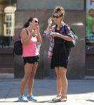 Celebrities Wonder 5734326_katie-holmes-with-friends_6.jpg