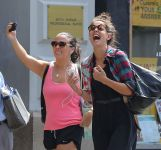 Celebrities Wonder 76896007_katie-holmes-with-friends_7.jpg