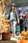 Celebrities Wonder 15437845_jessica-alba-at-Mr-Bones-Pumpkin-Patch_1.jpg