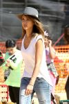 Celebrities Wonder 25491279_jessica-alba-at-Mr-Bones-Pumpkin-Patch_7.jpg