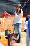 Celebrities Wonder 93155704_jessica-alba-at-Mr-Bones-Pumpkin-Patch_3.jpg