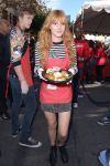 Celebrities Wonder 16034194_bella-thorne-LA-Mission-Thanksgiving-For-The-Homeless_3.jpg