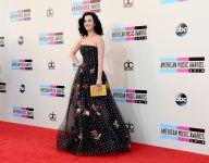 Celebrities Wonder 16366758_katy-perry-2013-amas-red-carpet_8.jpg