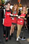 Celebrities Wonder 21015472_bella-thorne-LA-Mission-Thanksgiving-For-The-Homeless_2.jpg