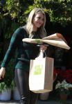 Celebrities Wonder 25998938_hilary-duff-shopping-for-flowers_4.jpg