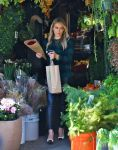 Celebrities Wonder 29393484_hilary-duff-shopping-for-flowers_3.jpg