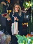 Celebrities Wonder 32791313_hilary-duff-shopping-for-flowers_5.jpg