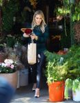 Celebrities Wonder 69985912_hilary-duff-shopping-for-flowers_1.jpg