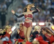 Celebrities Wonder 7569206_selena-gomez-thanksgiving-game-performence_6.jpg