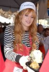 Celebrities Wonder 77599825_bella-thorne-LA-Mission-Thanksgiving-For-The-Homeless_7.jpg