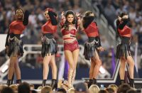 Celebrities Wonder 83153239_selena-gomez-thanksgiving-game-performence_7.jpg