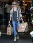 Celebrities Wonder 20324033_reese-witherspoon-Shopping-at-Whole-Foods_1.jpg