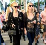 Celebrities Wonder 21026556_paris-nicky-hilton-shopping_7.jpg