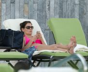 Celebrities Wonder 37919578_katie-holmes-bikini_8.jpg