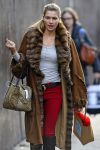 Celebrities Wonder 42880994_jessica-hart-shopping_5.jpg