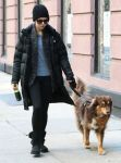 Celebrities Wonder 5150329_amanda-seyfried-walking-her-dog_4.jpg